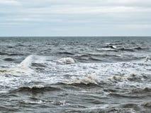 Burzowej zimy oceanu atlantyckie fala w zimie z bladym niebem Fotografia Royalty Free