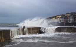 Burzowi morza łamają nad denną ścianą przy Długą dziurą w Bangor, okręg administracyjny puszek podczas szorstkich morzy w burzy w Fotografia Stock