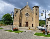 Burzowi nieba nad średniowiecznym kościół zdjęcia royalty free