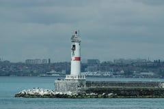 Burzowi nieba nad Bosporus latarnią morską w Istanbuł obraz stock