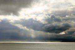 Burzowi nieba nad morzem Zdjęcia Stock