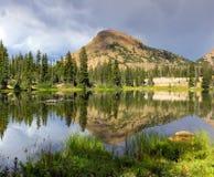 Burzowi nieba nad wysokiej góry jeziorem Zdjęcie Royalty Free