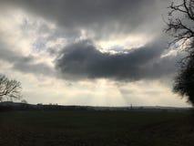 Burzowi nieba słońca promienie Zdjęcia Royalty Free