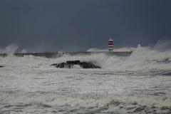 Burzowy ciemny seascape przy półmrokiem obraz stock