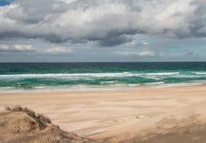 Burzowy morze chmurnieje wietrzną plażę Fotografia Royalty Free