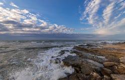 Burzowy morze i skalisty wybrzeże, piękny dramatyczny niebo obraz stock