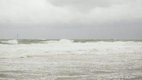 Burzowy morze z ostrzeżeniem zaznacza pod szarym niebem zbiory