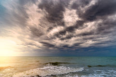 Burzowy niebo nad ocean Zdjęcia Royalty Free