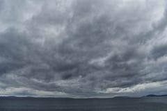 Burzowy niebo nad sea/dramatycznymi chmurami przy burzowym dniem i niebem zdjęcia stock