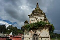 Burzowy niebo nad stara kaplica Ciężkie szare chmury unoszą się depresję nad ziemią Obraz Stock