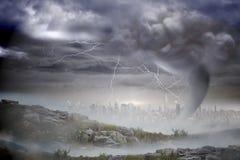 Burzowy niebo z tornadem nad pejzażem miejskim Zdjęcie Royalty Free