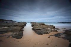Burzowy plażowy i skały żołnierzy plaży punkt Zdjęcie Royalty Free