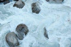 Burzowy przepływ biała woda w halnej rzece Obrazy Royalty Free