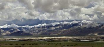 Burzowy ranek wysokie góry himalaje: łańcuchy zieleni wzgórza, potężne szarość chmurnieją w niebie, odruchy w s Zdjęcie Royalty Free
