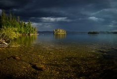 Burzowy weater nad jeziorna, mała pogodna wyspa, fotografia stock