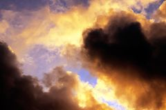 Burzowy zmierzchu niebo z ciemnymi dramatycznymi chmurami Obrazy Royalty Free