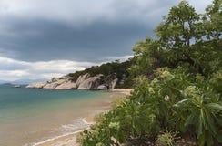 Burzy gromadzenie się nad tropikalną raj plażą. Obrazy Royalty Free