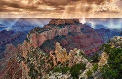 Burzy i słońca promienie nad Grand Canyon zdjęcia stock