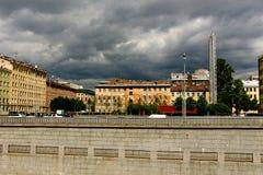 Burzy niebo nad granitowym miasto bulwarem zdjęcie stock