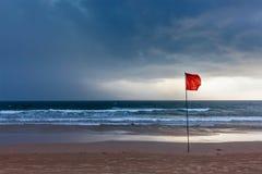 Burzy ostrzeżenia flaga na plaży Baga, Goa, India Zdjęcie Stock