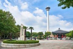 Busán, Corea - 20 de septiembre de 2015: Parque de Yongdusan, torre de Busán Foto de archivo libre de regalías