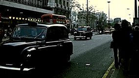 Bus archivistico e taxi di trasporto pubblico a Londra video d archivio