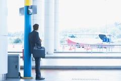 Bus aspettante dell'uomo d'affari indiano Fotografia Stock