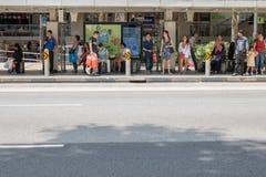 Bus aspettante locale del turista del gruppo e della gente alla fermata dell'autobus al frutteto Rd, Singapore il 21 marzo 2017 Fotografia Stock