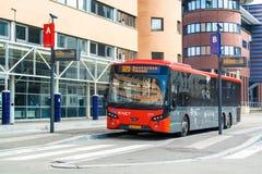 Bus auf Bahnstation Hilversum, die Niederlande Stockbild