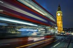 Bus auf der Westminster-Brücke in London Lizenzfreie Stockfotografie