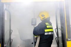 Bus auf Feuer auf der Straße Stockfotos