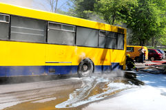 Bus auf Feuer auf der Straße Lizenzfreie Stockfotos