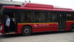 Bus basso di rosso del pavimento di società di trasporto di Delhi (DTC) archivi video