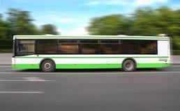 Bus bewegt sich auf dem Weg Lizenzfreie Stockfotos
