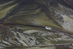 Bus bianco 4x4 su una strada in altopiani, Islanda Immagini Stock