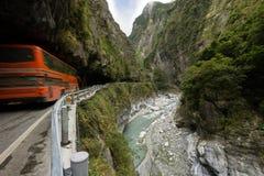 Bus bij de steile bergen bij het Nationale Park van Taroko Stock Foto
