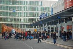 Bus-Bilden Sie Station Eindhoven mit Fluggästen NL aus Lizenzfreie Stockbilder