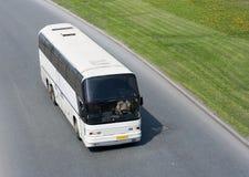 Bus blanc sur la route Image stock