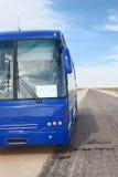 Bus bleu de passager sur le bord de la route Image libre de droits