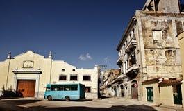 Bus bleu sur un grand dos vide Image libre de droits