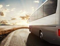 Bus che guida sulla strada rappresentazione 3d Fotografie Stock