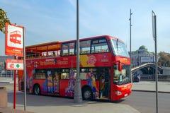 Bus citysightseeing di escursione rossa sul quadrato di Bolotnaya mosca immagini stock