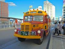 Bus classico davanti alla stazione di JUNIOR a Hakodate, Giappone Fotografie Stock