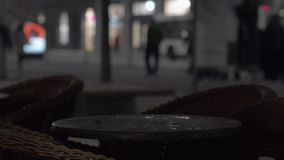 Bus con le luci sui giri attraverso la città Ciclisti e pedoni nella città di notte archivi video