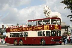 Bus d'excursion à couvercle serti de ville, Londres Photos stock