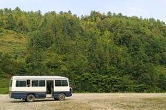 Bus d'excursion blanc Images stock