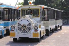 Bus d'excursion comme un petit train Photo stock