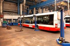 Bus dans les ateliers dans le dép40t Hostivar, Prague images stock