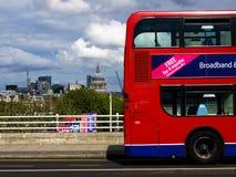 Bus de cathédrale et de Londres de rue Pauls Image libre de droits