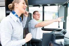 Bus of de gids van de van de busbestuurder en toerist Stock Afbeeldingen